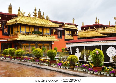 Tibet, Lhasa, the first Buddhist temple Jokang in the rain
