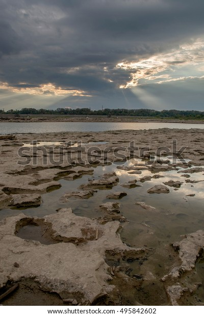 Tide pools and God rays at Falls On The Ohio State Park