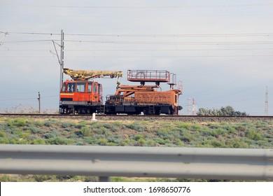 Kran, der die Eisenbahnwartung am Bahnhof durchführt. Krane für Eisenbahn auf Schiene wird es verwendet, um die Entgleisungen der Züge und Wagen zu beseitigen . Eisenbahninstandhaltungszug
