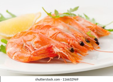 tiger shrimps with fresh salad and lemon