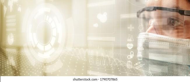 enge Nahaufnahme von Wissenschaftlerinnen mit Laborbrille und Maske, die Daten auf einem transparenten digitalen Bildschirm anschauen, Konzept der innovativen Technologie in der medizinischen Forschung, HUD-Stil