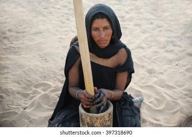 Timbuktu, Mali -september - 2 - 2011 Tuareg woman grinding millet