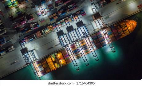 Zeitraffer Containerschiff im Export- und Importgeschäft und Logistik.Verschiffen von Fracht nach Hafen mit Krane. Wassertransport international. Luftbild.