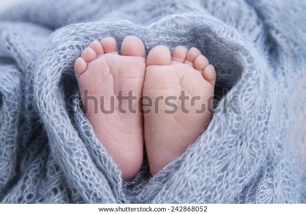 petit pied de nouveau-né