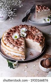 Tiramisu-Crêpe-Kuchen mit Mascarpone und Amaretto auf hellem Hintergrund