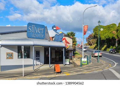 """Tirau / New Zealand - May 5 2019: """"Silver & Some"""" Jewelry Store, With a Corrugated Iron Pukeko (Bird) on the Roof. Tirau is Known for its Many Corrugated Iron Artworks"""