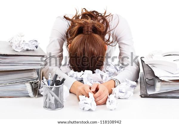 Femme d'affaires fatiguée et exhumée avec des reliures