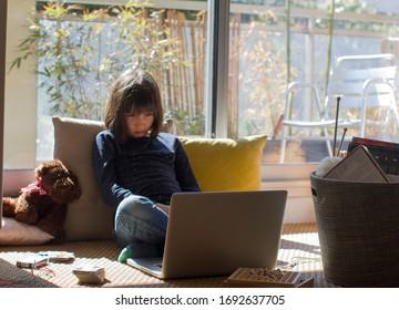 erschöpftes Sperrkind, das an Einsamkeit leidet, zuhause festgeklebt hat, während die lange Pandemie der Kokosnuss-19-Krise und Schulschließung von Computern, Brettspielen oder Stricken lernen - grüner Balkon-Hintergrund