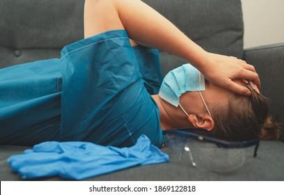 Travailleur médical fatigué après un quart de travail. Brûlage au travail.