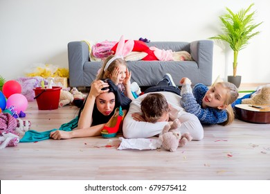 Müde Eltern und aufgewühlte Kinder