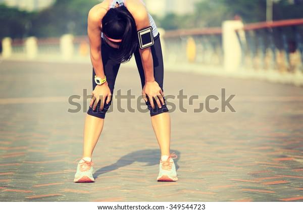 ermüdete Frau Läufer, die sich nach hartem Sonnenschein am Meer ausruht