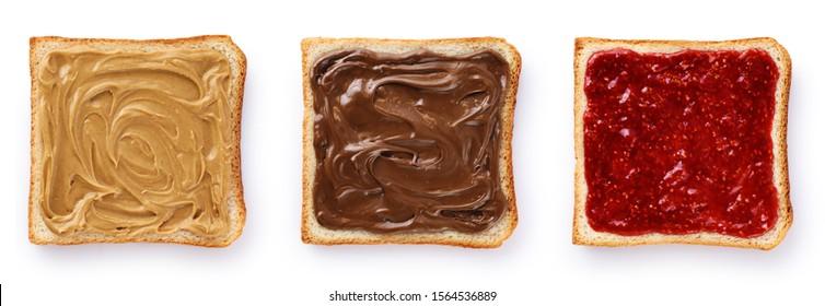 Toasts mit Schokoladenbutter, Erdnussbutter und Beerenmarmelade einzeln auf weißem Hintergrund. Mit Beschneidungspfad.