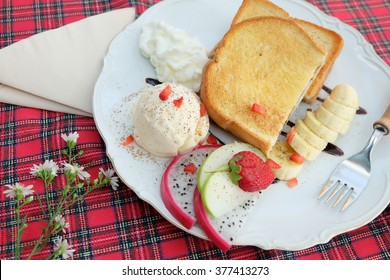 toasts with chocolate,banana,strawberry,Ice cream