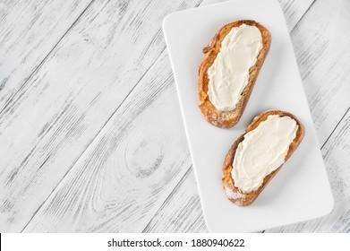 Toasts mit Sahnekäse auf dem Servierteller