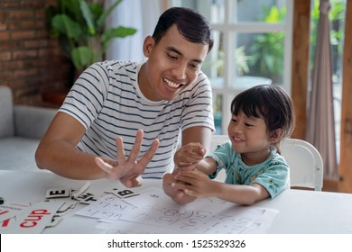 家で父と一緒に数学や数学を学ぶ幼児