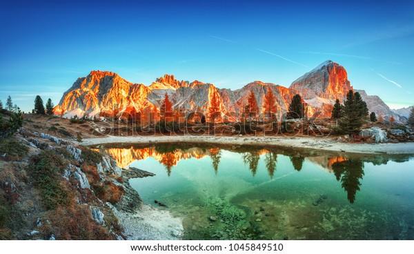 Bergkamm Tofana di Rozes. Region Trentino Südtirol, Südtirol, Venetien, Italien. Dolomiten-Alpen, berühmtes Reiseziel in Europa. Die Umgebung des Dorfes Cortina D'Ampezzo und des Sees Limides.