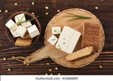Tofu et arrière-plan texture sur fond marron bois. Cuisine végétarienne.