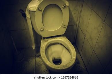 Toilette schmutzig und voller Staub, unhygienischer Raum, Aufgabe