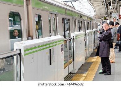 TOKYO - APRIL1, 2016: The Yamanote Line (Yamanote-sen) is Tokyo's most important train line,People waiting for rail train at Tokyo main railway station in April 1, 2016 Tokyo, Japan.
