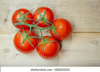 Tomaten auf Holzhintergrund. Gemüsediät
