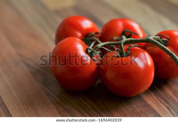 tomates sobre una mesa de madera en la cocina