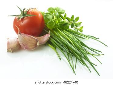 tomato,garlic,oregano,chives