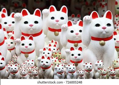 東京の豪徳寺で招き猫と呼ばれる小さな人形が山ほどあります。
