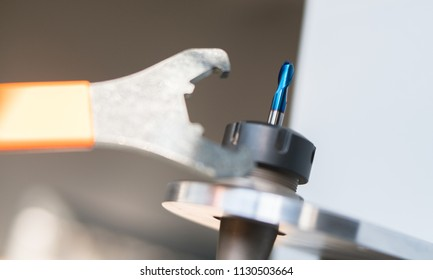Tool change with a special key in a CNC machining center for a ball tool.