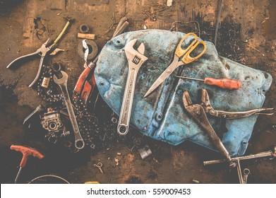Werkzeuge, die mit Innenräumen ausgestattet sind, um Armreife, Ringschlüssel, Hammer, Zangen, Schraubenzieher, Affenschlüssel, Schrauben, Bolzen, Draht und andere zu halten
