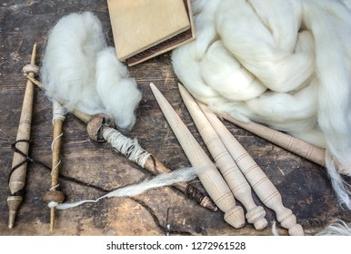 Tools for spinning wool and white sheep's wool.  Rural environment, rustic life.
