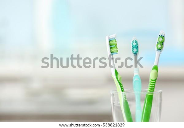 Zahnbürsten auf unscharfem Hintergrund