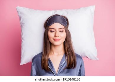 Oben über Hochwinkel-Foto-Porträt von zufriedener Frau schlafen auf Kissen einzeln auf pastellrosa Hintergrund
