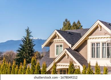 La parte superior de la casa con una bonita ventana en Vancouver, Canadá.