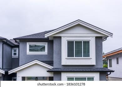 La parte superior de la casa con cielo blanco en Vancouver, Canadá.