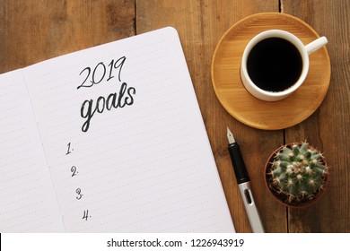 Tore-Liste der Top View 2019 mit Notebook, Tasse Kaffee auf Holzschreibtisch