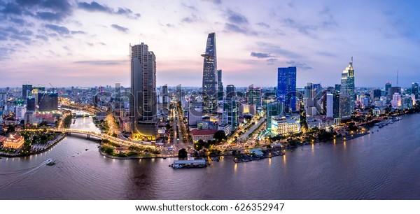 Luftbild der Top-Ansicht aus der Fliegerei einer Ho-Chi-Minh-Stadt mit Entwicklungsgebäuden, Transportmitteln, Energielieferungen. Finanz- und Geschäftszentren in entwickeltem Vietnam.