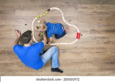 Vue de dessus de garçon et père jouant avec son train