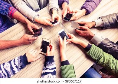 Top-View-Handkreis per Telefon in Cafe - Multirassische Freunde mobile süchtige Innenansicht von oben - Wifi-vernetzte Menschen in Bar-Tischbesprechung - Konzept der Teamarbeit Hauptfokus auf linken Handys