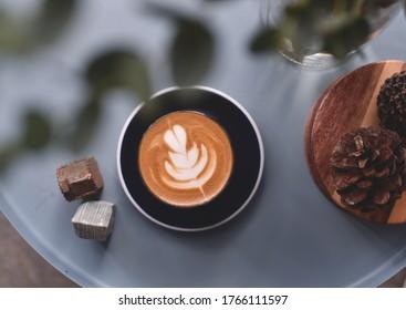 Vue de dessus de latte chaud sur table basse vintage