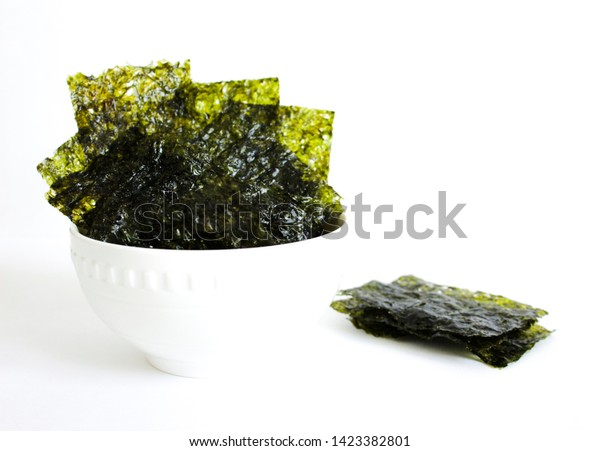 Vista superior de Nori , algas comestibles japonesas usadas como envoltura de sushi y onigiri. bocadillo sano.
