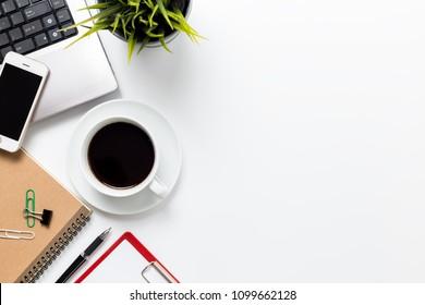 Escritorio de Top View con ordenador, teléfono inteligente y útiles de oficina con espacio para copiar
