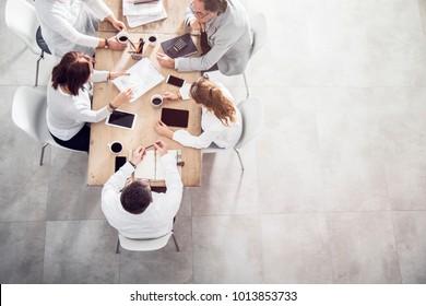 Top-Ansicht im Büro während einer Besprechung