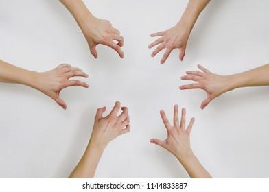Вид сверху на Потянув руки для чего-то. Попытка захватить что-то руками. Концепция заказа чего-то, некоторых вещей.