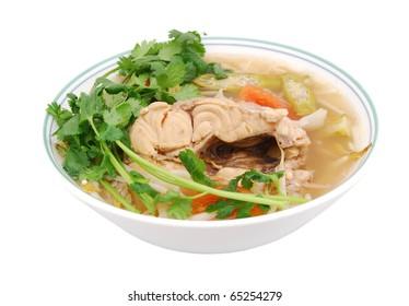 Vue de dessus: sur une soupe acide avec poisson-chat de nourriture viette