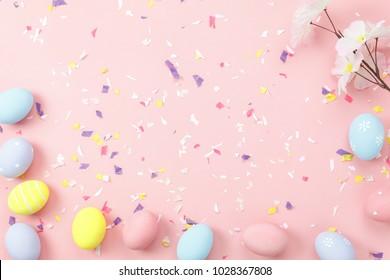 Top-View Aufnahme der Einrichtung Happy Osterferien Hintergrund Konzept.Flat legte bunt helle Eier mit Accessoire-Ornament auf modernen schönen rosa Papier an Büroschreibtisch.Design Pastellton.