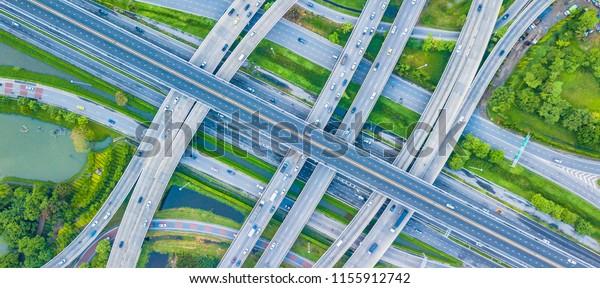 Draufsicht Traffic Trails auf Autobahnkreuz