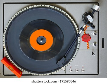 Top view of a turntable with level bubble and a 45 RPM vinyl