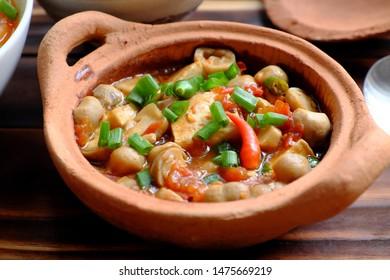 Vue de dessus repas végétarien, tofu, cuisine de champignons avec sauce de soja en terre cuite pour le régime végétalien, plat simple pour le régime végétalien sur fond orange
