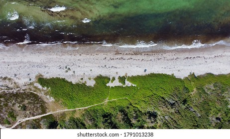 Top-Down Blick auf Strand mit Meer und Gras (4k) (Lufttrommel-Foto)