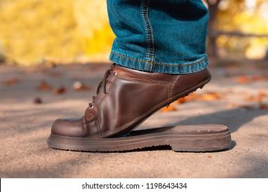 Imágenes, fotos de stock y vectores sobre Zapatos Rotos